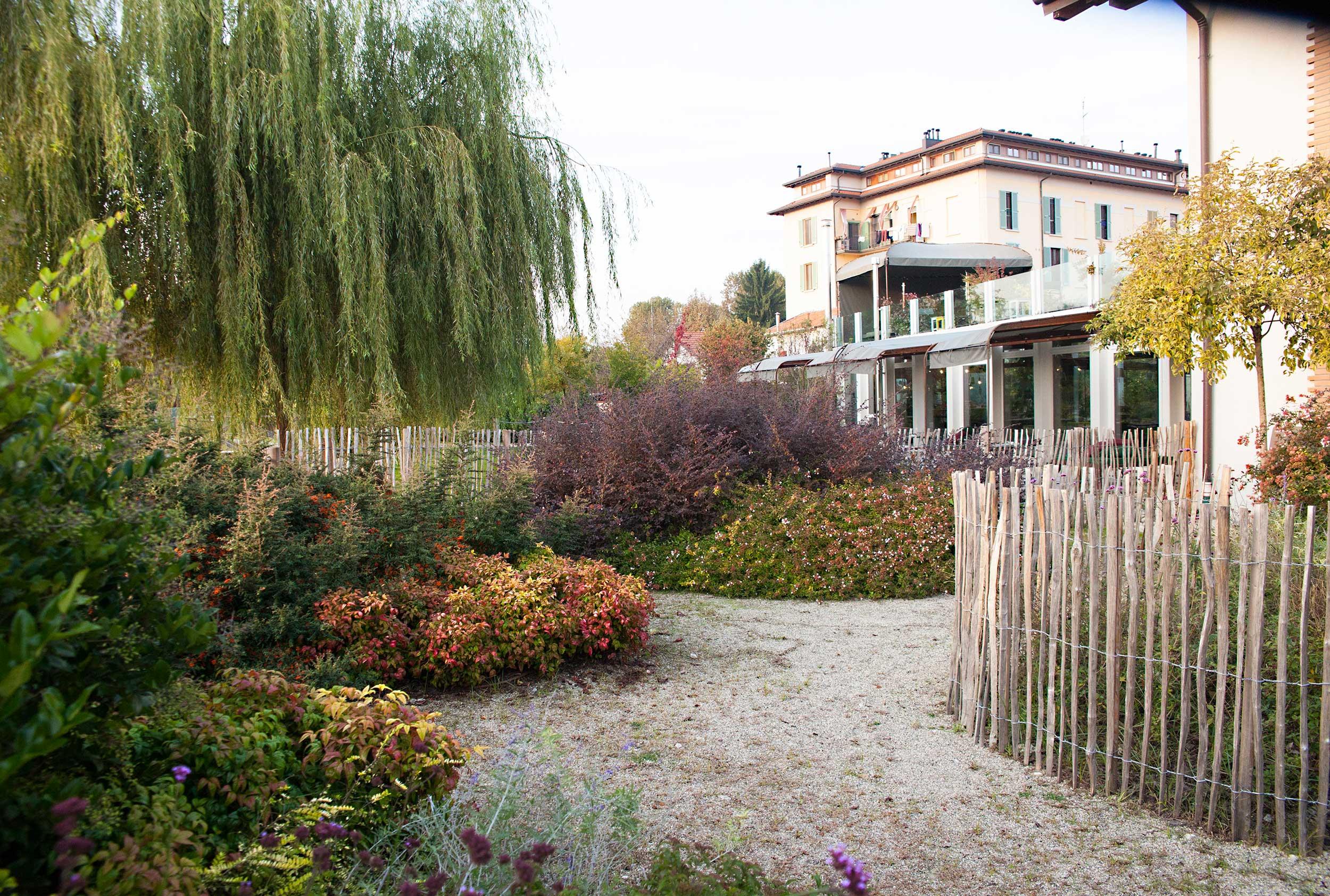 giardino con piante e fiori a Milano