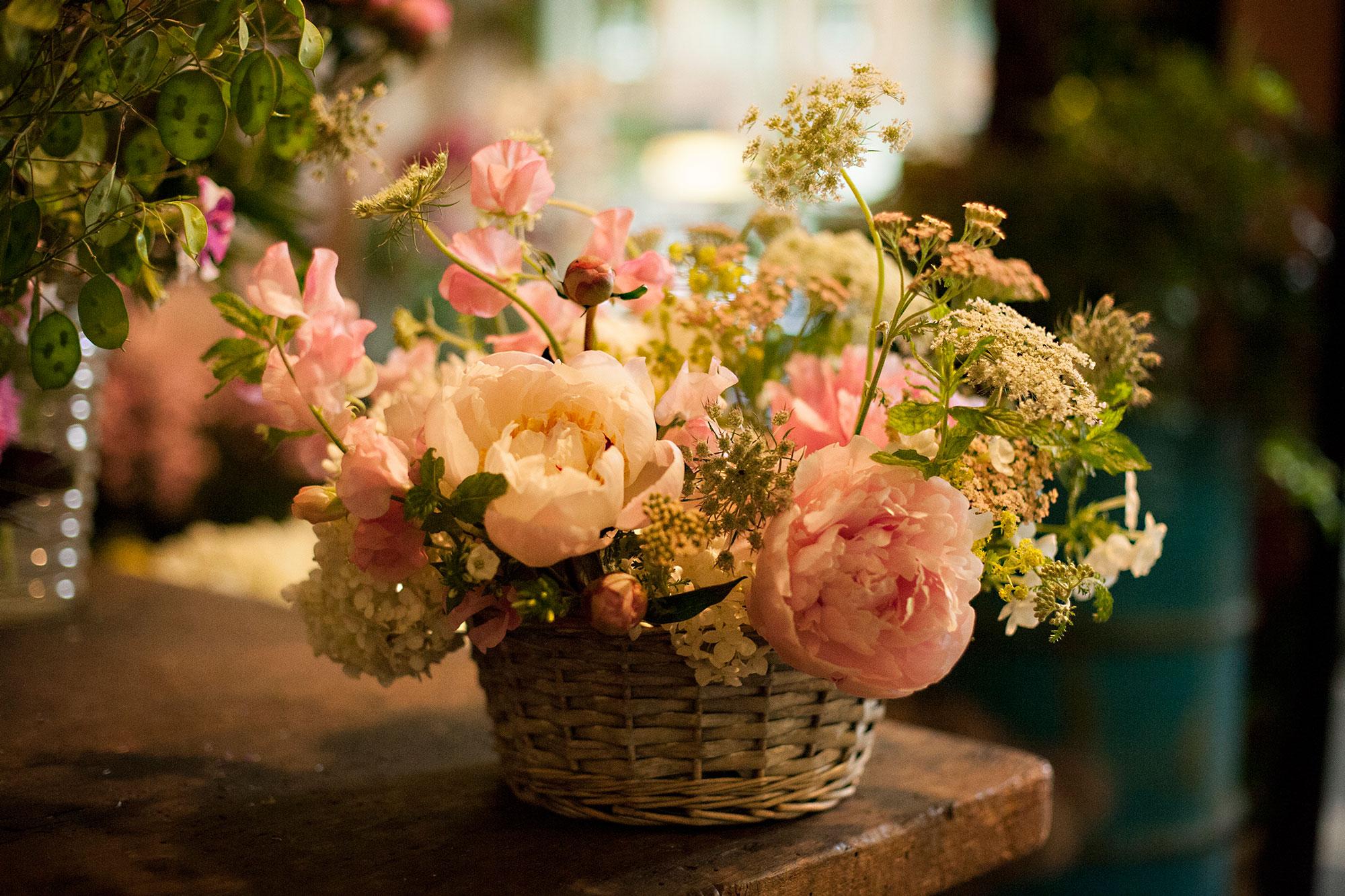 cesto di vimini con composizione di rose