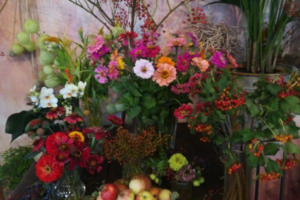 Vari mazzi di fiori