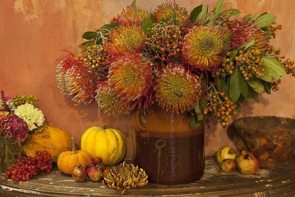 vado di fiori con composizione autunnale