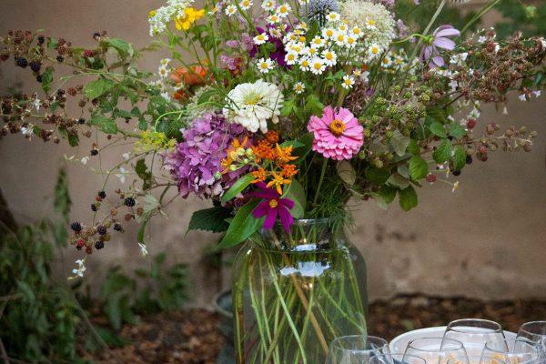 vaso di vetro con fiori di campo