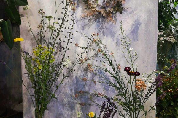 Ghirlande a fiori in vetrina Bollettini Milano