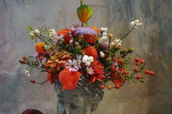 Vaso a forma di testa con mazzo di fiori